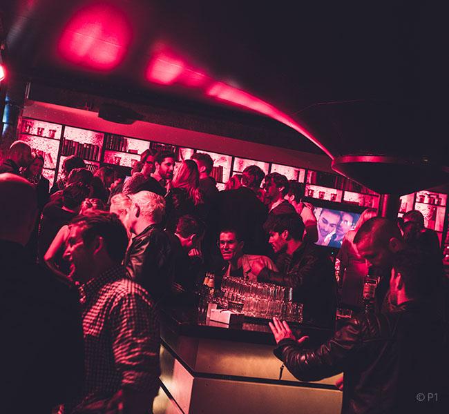 Feiernde Menschenmenge im P1 Club