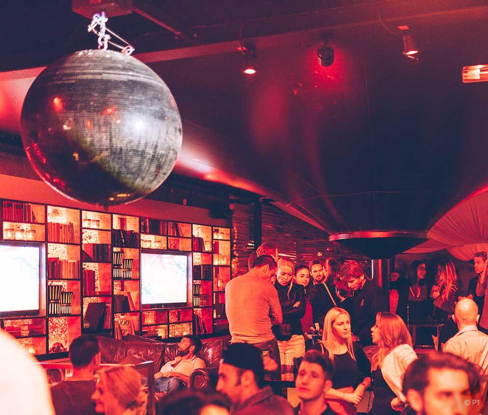 P1 Club belebte Lounge mit Discokugel