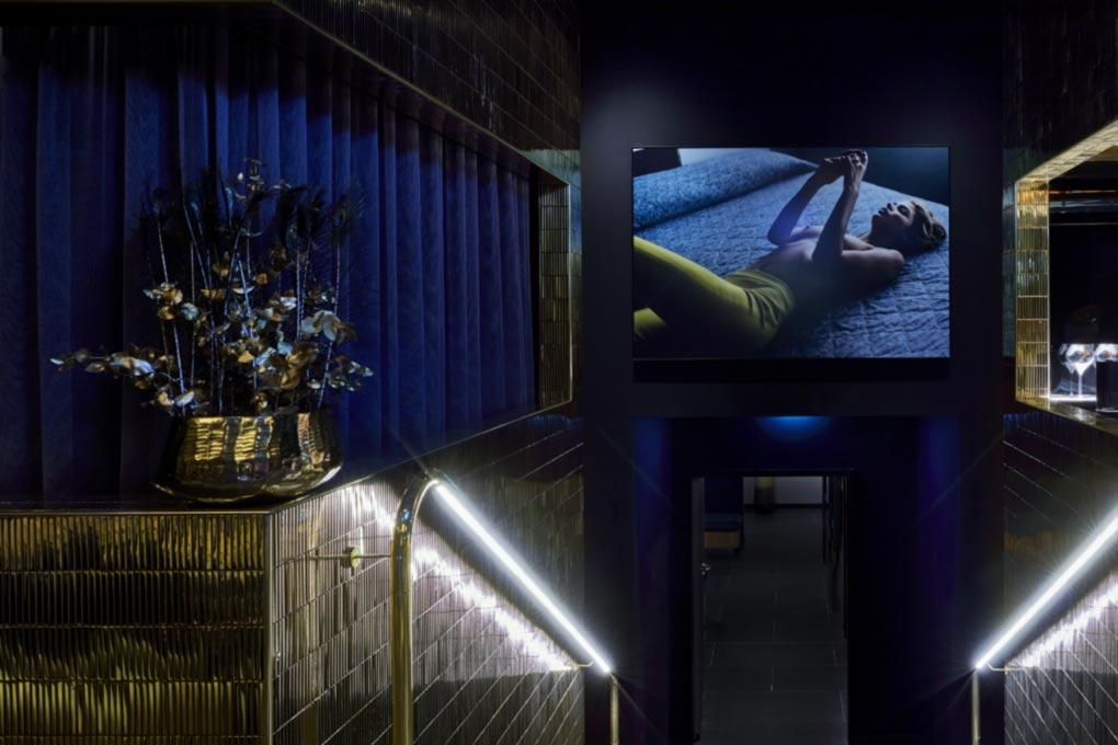 ROOMERS Spa Dekorationen in blau leuchtender Atmosphäre