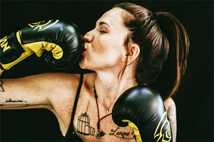 Boxhandschuhküssende Frau