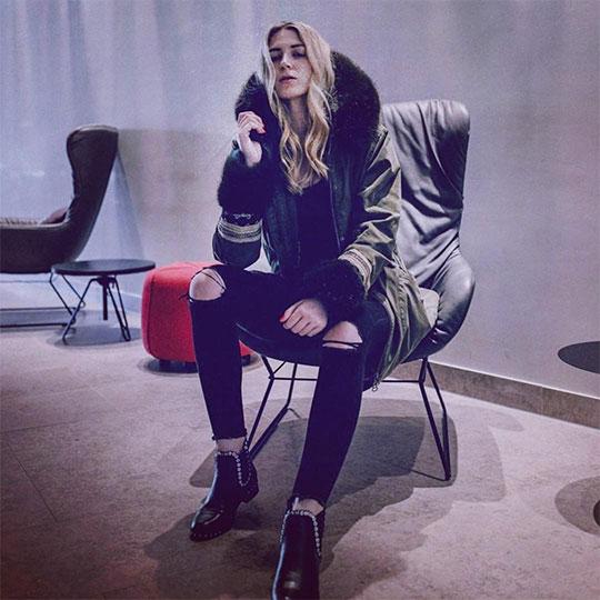 Lässig im Stuhl sitzende Frau