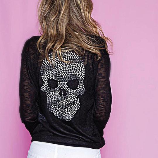 Frau mit Totenkopf-Pullover
