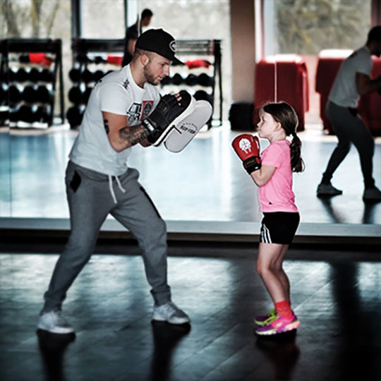 Boxtraining Mann mit Kind