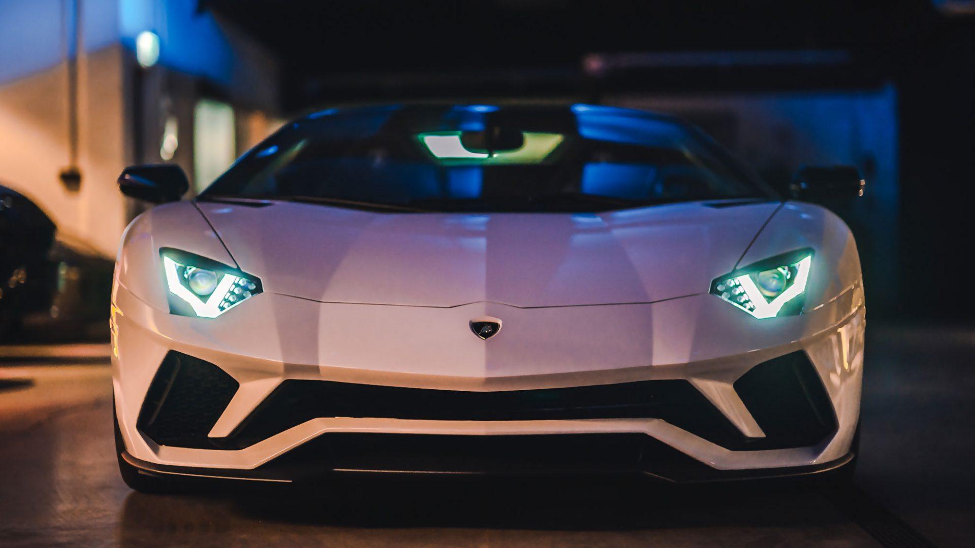 Weißer Lamborghini bei Nacht