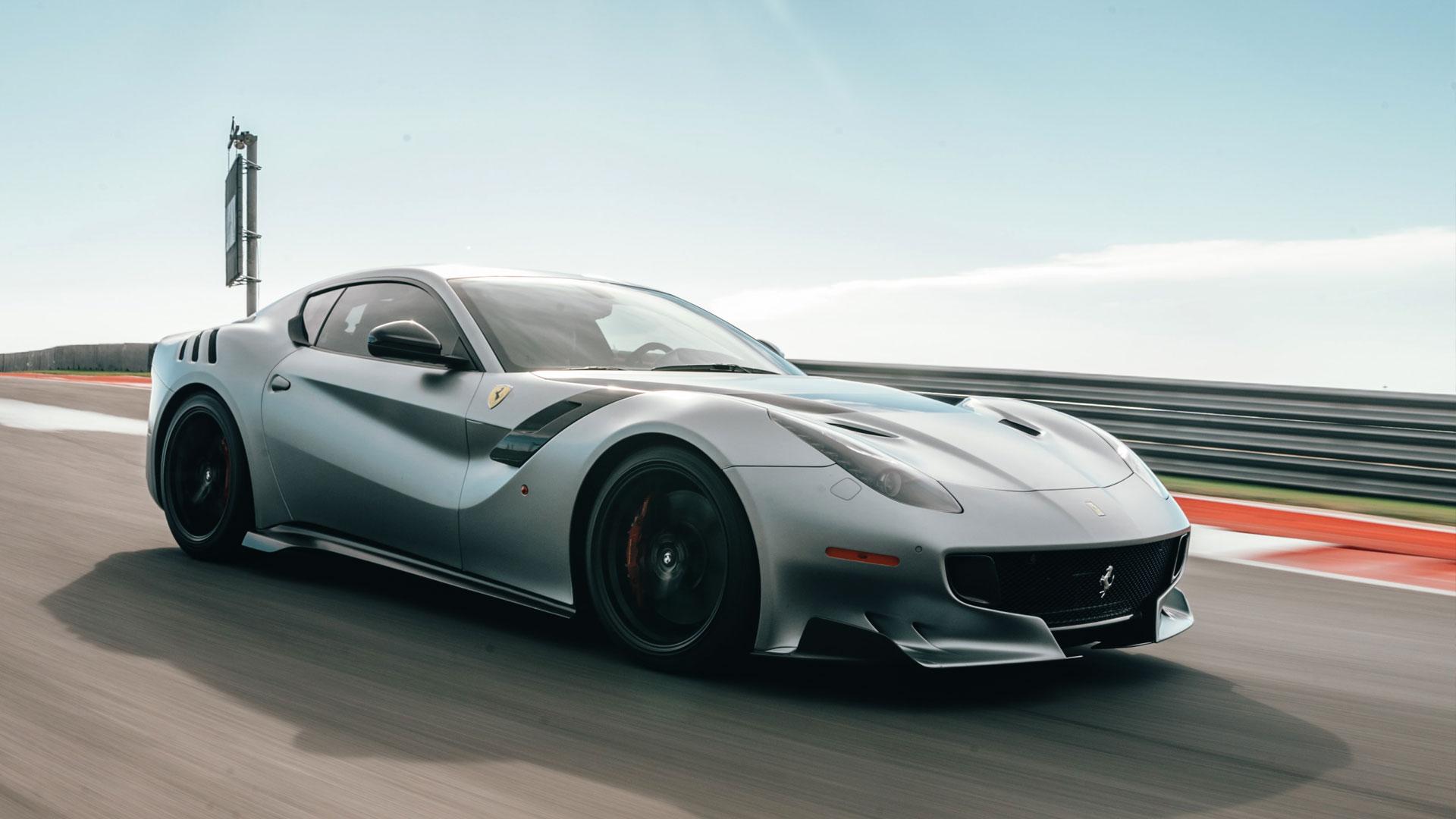 Silber Ferrari uf der Straße