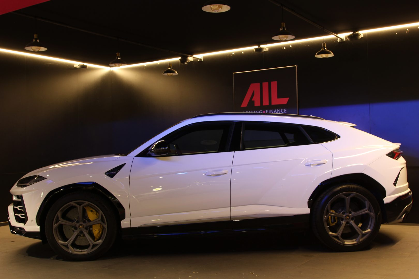 AIL Lamborghini Urus 12