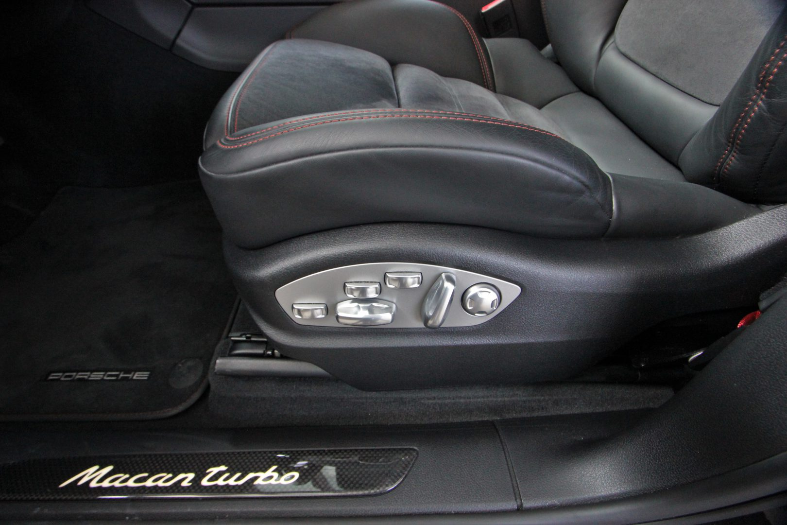 AIL Porsche Macan Turbo Performance Paket LED Sportabgas  12