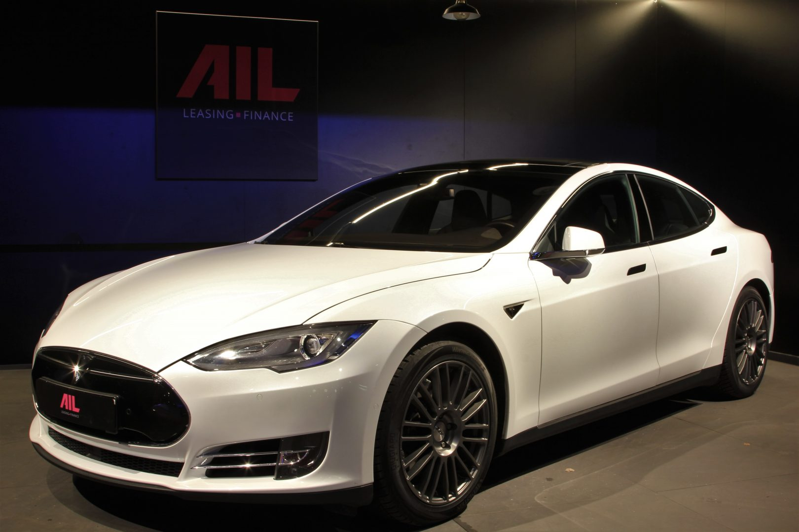 AIL TESLA Model S P85D Performance  8