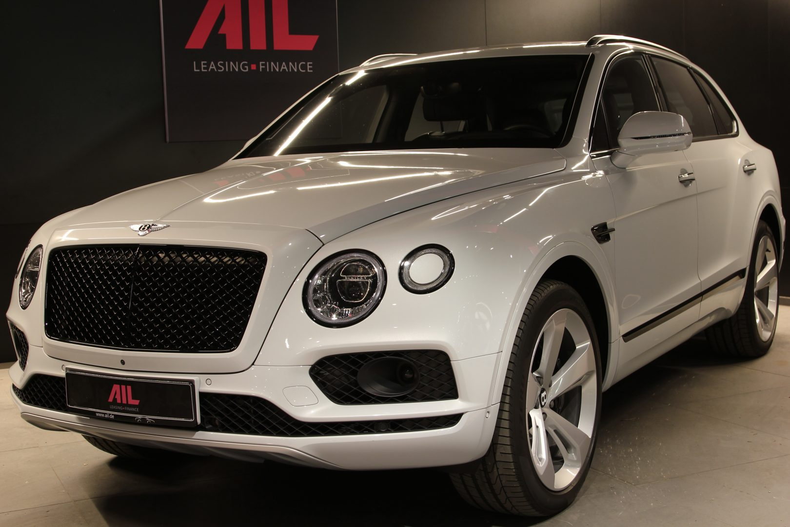 AIL Bentley Bentayga V8 Blackline  1